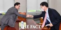 [TF사진관] '박지원 청문회' 보고서 채택 앞두고 만난 김병기-하태경