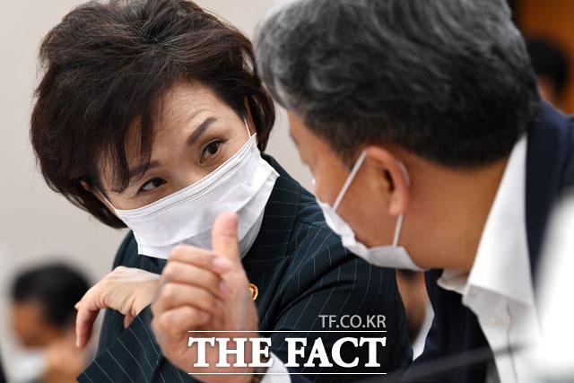 손명수 국토부 제2차관(오른쪽)과 대화하며 업무보고 준비하는 김현미 국토부 장관.