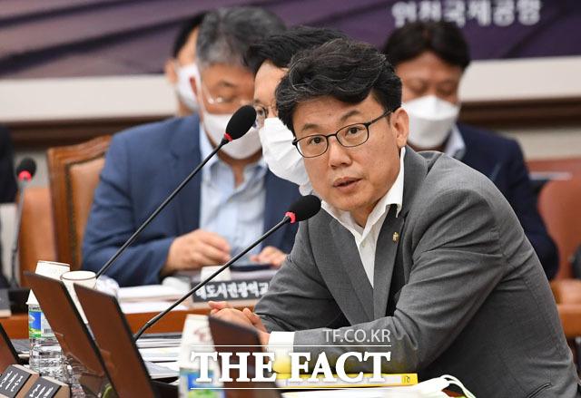 진성준 의원, 통합당 의원들이 업무보고 주장해왔음에도 불구하고 안 들어오고 있는 상황