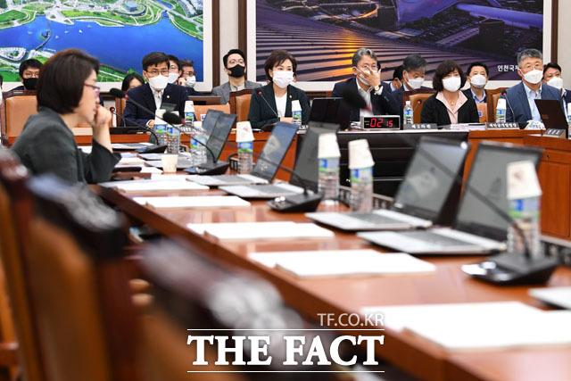 업무보고 미뤄달라 요청한 미래통합당 간사. 이틀째 업무보고 기다리고 있는 김현미 국토교통부 장관(왼쪽에서 세 번째)과 부처 관계자들.
