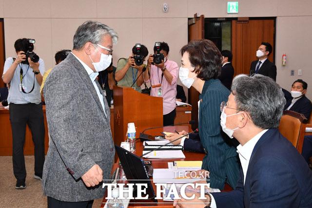 국회 국토교통위원회 여당 간사인 조응천 더불어민주당 의원(왼쪽)이 김현미 장관을 찾아와 대화하는데...