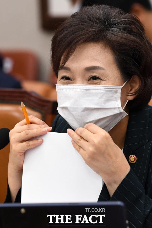 설마 오늘도...? 허탈한 미소짓는 김현미 장관.