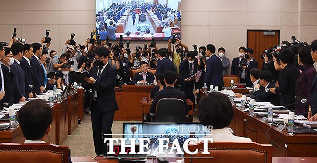 윤 위원장이 임대차보호법 대안을 의사일정으로 추가할 지 표결하는 것에 찬성하는 위원 기립하라라고 말하자 민주당, 열린민주당 소속 위원들이 일제히 자리에서 일어나고 있다.