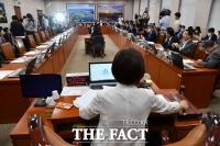[TF사진관] '업무보고 언제 하나요?' 이틀째 기다리고 있는 김현미 장관