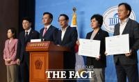 [TF사진관] '임대차 3법' 회의 시작 전 '처리 완료'… 항의하는 미래통합당 법사위원