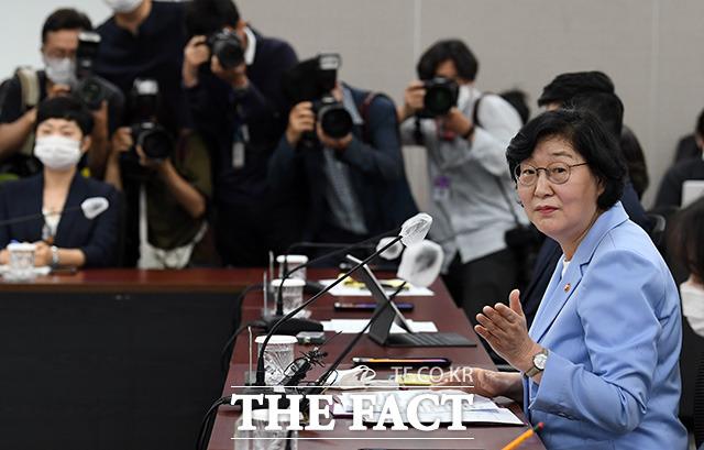이정옥 여성가족부 장관이 17일 오후 서울 종로구 정부서울청사에서 여성폭력방지위원회 긴급회의를 열고 모두 발언을 하고 있다. /임영무 기자