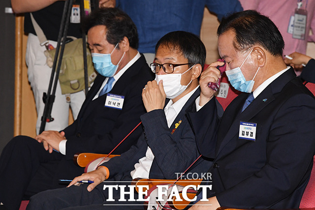 지난 24일 더불어민주당 최고위원 선출을 위한 예비경선대회에 참석해 후보들의 정견발표를 듣는 이낙연 의원과 박주민 의원, 김부겸 전 의원(왼쪽부터). /배정한 기자