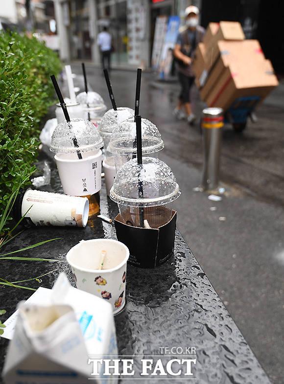 비 내리는 서울 을지로 일대에 시민들이 버리고 간 일회용 음료수컵 등 쓰레기에 빗물이 고여 있다.