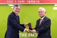 [TF포토] 감사패 전달 받는 임재영 대표이사