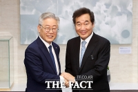 [TF초점] '이재명을 잡아라'…'당권' 앞두고 경쟁자에 손 내민 이낙연