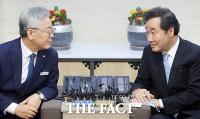 [TF사진관] 이재명-이낙연, '차기 대권주자들의 만남'