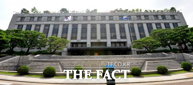 대법원과 헌법재판소(사진) 등 사법기관의 지방 이전이 국회에서 다시 거론되고 있다. /남용희 기자
