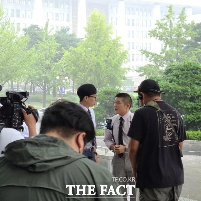 지난달 29일 방송인 유재석 씨와 조세호 씨가 예능 프로그램 촬영을 위해 국회를 방문했다. 이들은 시각장애인인 김예지 미래통합당 의원과 함께 유 퀴즈 온 더 블록 촬영을 마쳤다. /문혜현 기자