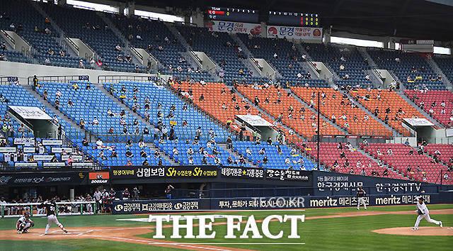 지난 7월 26일 서울 잠실야구장에서 두산 베어스와 LG 트윈스의 경기가 열린 가운데 프로야구 팬들이 거리두기를 하며 경기를 관람하고 있다. 수용인원의 10%만 관중입장이 허용됐다. /이새롬 기자