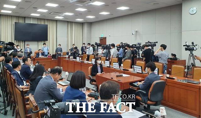 지난달 29일 국회에서 공수처 후속 3법 처리를 위한 운영위원회 전체회의가 열린 가운데 통합당 의원들의 강한 반발·퇴장 후 민주당 주도로 해당 법안을 의결하는 모습. /허주열 기자