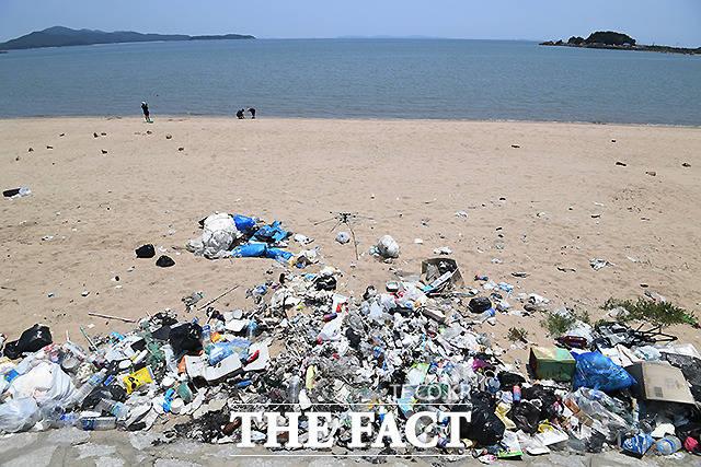 인천 선녀바위 해수욕장 인근에는 분리수거용 쓰레기통이 설치돼 있지만, 몇주째 주변에 많은 쓰레기가 널브러져 있다. '사소한 불법이나 범법을 방치하면 강력사건과 심각한 무질서를 초래한다'는 깨진 유리창의 법칙을 생각나게 한다. /이새롬 기자