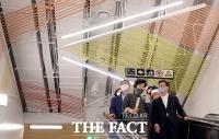 [TF포토] 영등포시장역 전시공간 관람하는 김영주-채현일