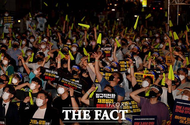 인천국제공항공사노동조합과 취업준비생 등 청년들이 1일 오후 서울 중구 청계천로 예금보험공사 앞에서 '투명하고 공정한 정규직 전환 촉구 문화제'를 열고 종이비행기를 날리는 퍼포먼스를 펼치고 있다. /이덕인 기자