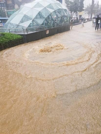 1일 서울 전역에 강한 비가 쏟아지며 강남역이 침수 됐다. /트위터(@mokpolas) 캡처