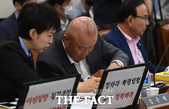 옆자리 김희국 의원과 메모 주고 받는 김은혜 미래통합당 의원.