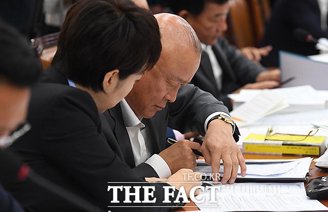 이에 메모로 답하는 선배님 김희국 의원