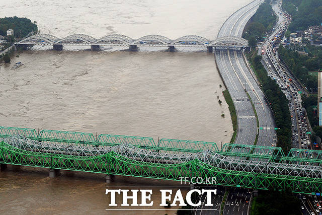 3일 오후 서울 영등포구 63빌딩 전망대에서 바라본 올림픽대로 일부 구간이 통제됐다. /이선화 기자