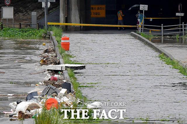 중부지방에 연일 강한 비가 내리고 있는 3일 오전 서울 중랑천 인근 살곶이체육공원이 침수된 가운데 시민들이 다리 앞에서 발길을 돌리고 있다. /이선화 기자