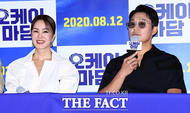 엄정화(왼쪽)는 꽈배기 맛집 사장 미역 역에, 박성웅은 그의 남편 석환 역에 분한다. /이동률 기자