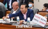[TF포토] 항의 피켓 떼어내는 박덕흠 의원
