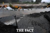 [TF사진관] '물폭탄 맞은 충주', 강한 폭우에 무너진 도로