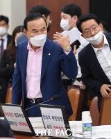 [TF포토] 부동산 재벌 박덕흠 '여유의 손짓'