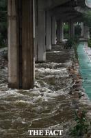 [TF사진관] '점차 높아지는 수위에 출입 통제된 홍제천과 불광천'