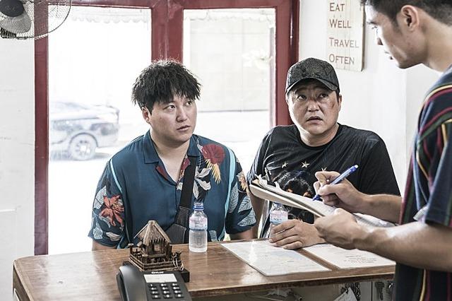 김대명(왼쪽) 곽도원은 국제수사를 통해 작정하고 코믹 연기를 펼친다. /쇼박스 제공