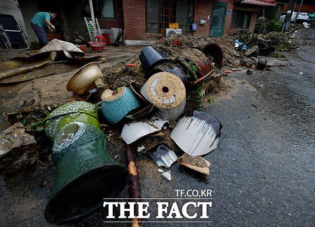 중부지방을 중심으로 많은 비가 쏟아진 3일 오전 산사태가 발생한 경기 안성시 금일로의 한 주택가에서 주민들이 복구작업을 하고 있다. /이덕인 기자