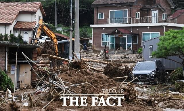 서울 및 수도권 등 중부지방을 강타한 집중호우로 인해 인명·재산 피해가 잇따르고 있다. 사진은 2일 산사태가 발생한 안성시 죽산면 장원리의 주택가에서 복구작업이 진행되고 있는 모습. /배정한 기자
