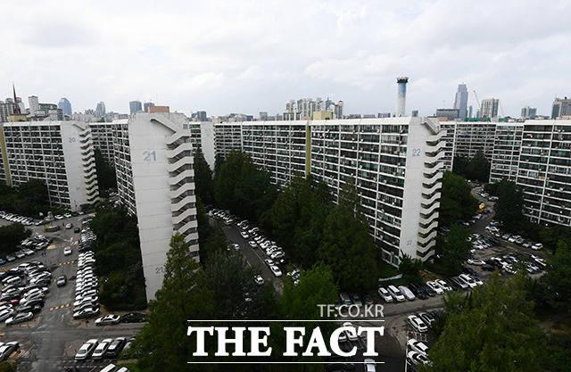 5일 오후 서울 강남구 대치역 일대에서 바라본 은마아파트가 고요한 모습을 보이고 있다. /이동률 기자