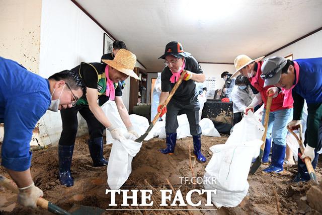 주호영 미래통합당 원내대표(가운데)가 5일 오전 충청북도 충주시 엄정면 비석마을에서 집중호우로 산사태가 일어나 피해를 입은 가구를 방문해 당원들과 함께 복구작업을 하고 있다. /충주=임세준 기자