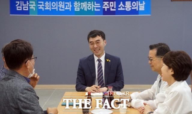 김남국(가운데) 의원은 향후 의정활동 계획을 묻자 궁극적 목표는 검찰개혁보다도 국민이 체감할 수 있는 민생법안을 통과시키는 것이라고 답했다. /김남국 의원 블로그 갈무리