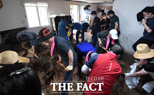 5일 오전 충청북도 충주시 엄정면 비석마을에서 집중호우로 산사태가 일어나 토사가 주택 내부를 뒤덮은 가운데 미래통합당 당원들이 복구작업을 진행하고 있다. /충주=임세준 기자