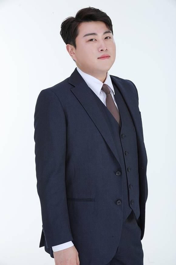 김호중이 폭행 의혹을 제기한 전 여자친구 아버지 A씨를 고소한다. 소속사는 증거 없도 없는 의도적인 흠집내기라며 강경 대응을 예고했다. / 생각을보여주는엔터테인먼트 제공