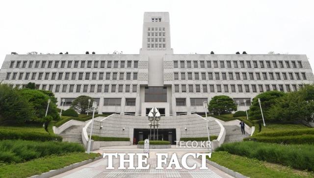 5일 법조계에 따르면 대법원 2부(주심 박상옥 대법관)는 강제추행죄로 기소돼 2심에서 무죄를 선고받은 A씨의 상고심에서 원심을 깨고 사건을 서울남부지법으로 되돌려보냈다./이새롬 기자