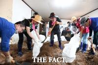 [TF사진관] '당원들과 피해마을 복구작업 하는 주호영'