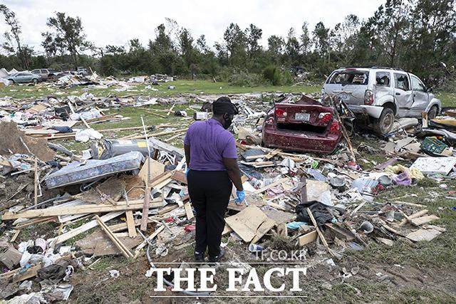 5일(현지시간) 열대성 폭풍 이사이아스(Isaias)로 2명이 숨지는 등 피해를 본 노스캐롤라이나주 윈저 인근 주택가에서 한 주민이 개인 물품을 찾고 있다. /윈저=AP.뉴시스