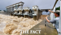 [TF포토] 시원한 물줄기 내뿜는 군남댐