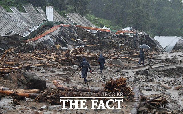 3일 오후 경기 안성시 일죽면의 한 양계장이 산사태로 처참한 모습을 보이고 있다. /안성=이덕인 기자