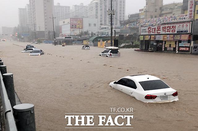 3일 충남 천안과 아산에 집중호우경보가 발효된 가운데 천안 삼일아파트 인근 충무로 사거리에 차량들이 침수돼 있다. /천안=뉴시스