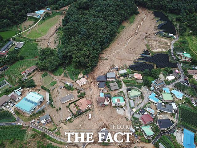 경기남부지역에 시간당 100mm가 넘는 폭우가 쏟아지는 등 집중호우가 이어지는 2일 산사태가 발생한 안성시 죽산면 장원리의 주택가에서 복구작업이 진행되고 있다. /안성=배정한 기자