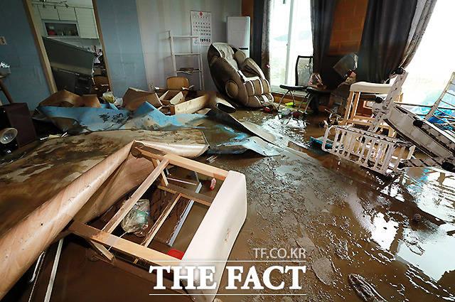 6일 오후 집중호우로 침수피해를 입은 강원도 철원군 동송읍 이길리 마을의 한 주택에 침수로 인해 물품들이 널브러져 있다. /철원=뉴시스