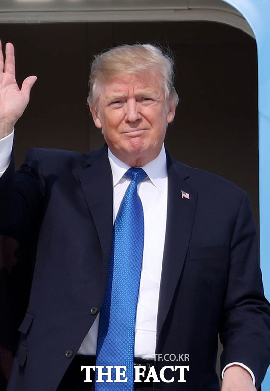도널드 트럼프 미국 대통령이 중국과 무역합의가 내년 대선 이후로 미뤄질 수 있다고 말했다. 이에 시장 우려가 대폭 상승, 뉴욕증시에서 주요 지수가 큰 폭으로 하락했다. /사진공동취재단