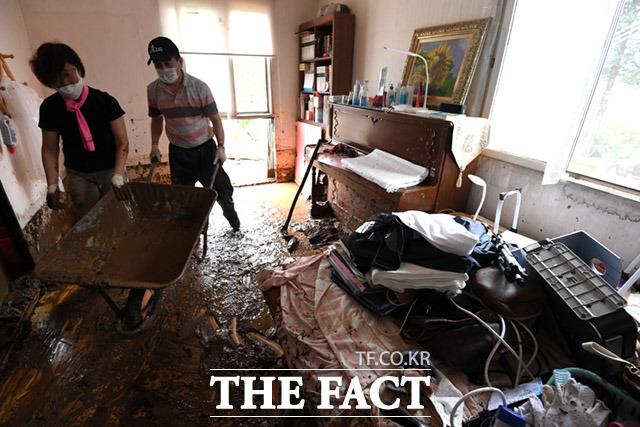 5일 오전 충청북도 충주시 엄정면 비석마을에서 집중호우로 산사태가 일어나 토사가 주택 내부를 뒤덮고 있다. /충주=임세준 기자